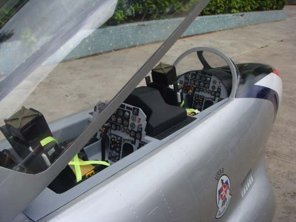 T-33, <b>Cockpit a escala</b>